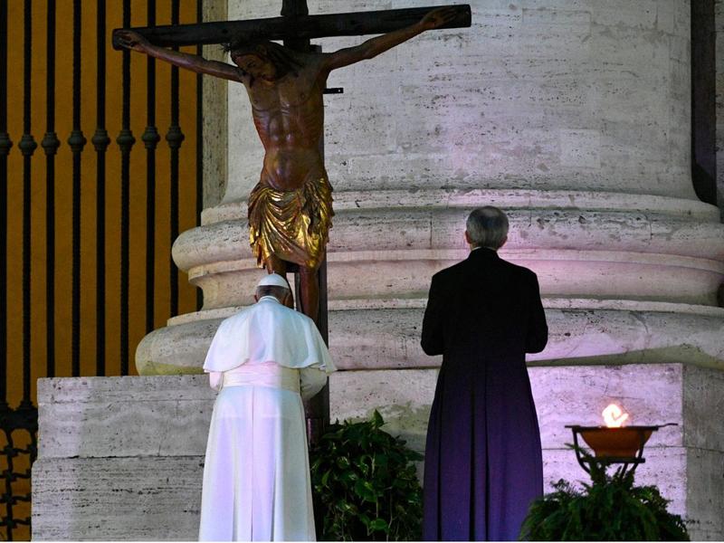 Papa-Francesco-+-Crocifisso